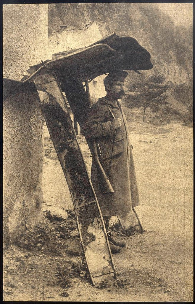 2. Srpski vojnik cuva strazu pod strazarom napravljenom od kreveta u Dobrunu, u Bosni