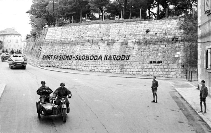 Bundesarchiv_Bild_101I-049-1553-13,_Kroatien,_Split,_Mauer_mit_Aufschrift