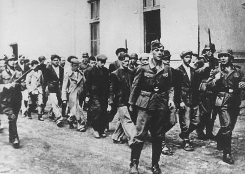 german_soldierss_arresting_in_1941_people_in_kragujevac